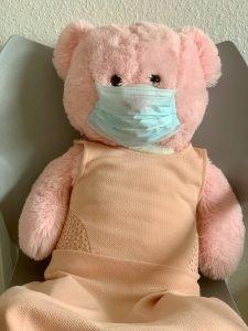 Corona Covid 19, Teddybär trägt eine Maske
